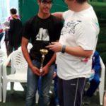 Die Kinder haben beim Singwettbewerb mitgemacht, Christian hät den Pokal