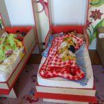 Die Kinder machen einen Mittagsschlaf